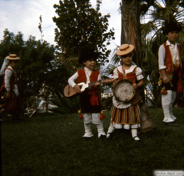 photo d'enfants costumés à la guitare et tambourin
