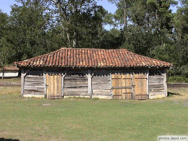 Grange en bois et toit de tuiles en terre cuite for Grange bois en kit