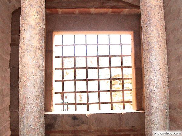 Fen tre barreaux de fer rouill s for Barreaux de fenetre
